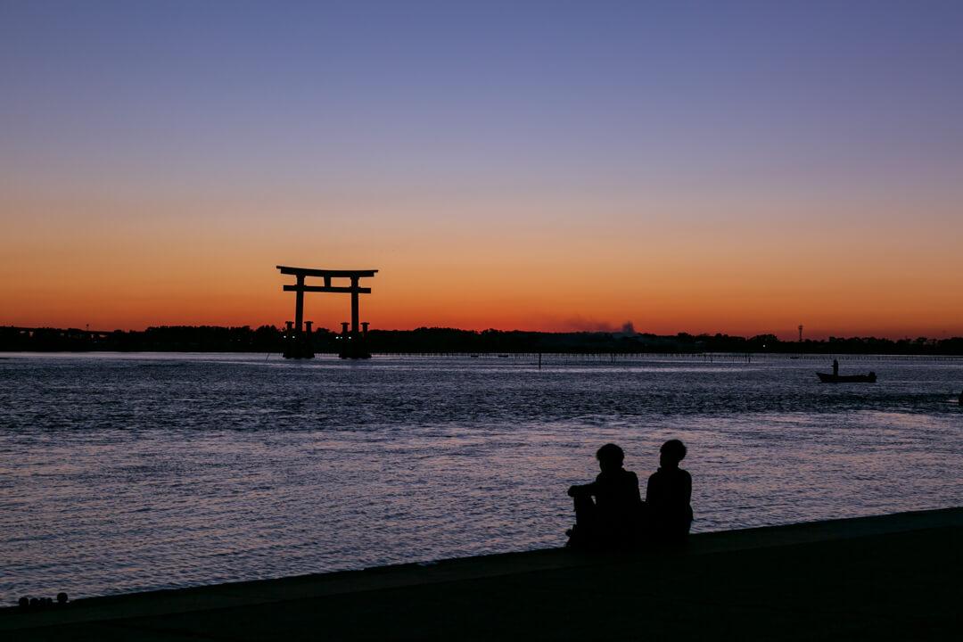 弁天島海浜公園から撮影した夕暮れ時の鳥居の写真