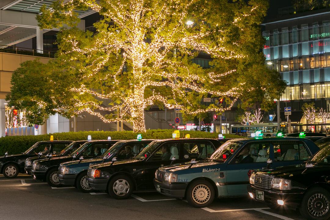 名古屋駅前のタクシーとイルミネーションの写真