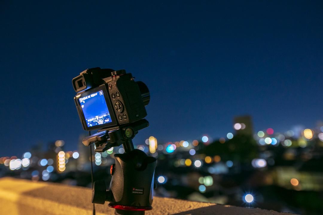 ベランダからキャノンの高級コンデジで星空の軌跡写真を撮影する様子