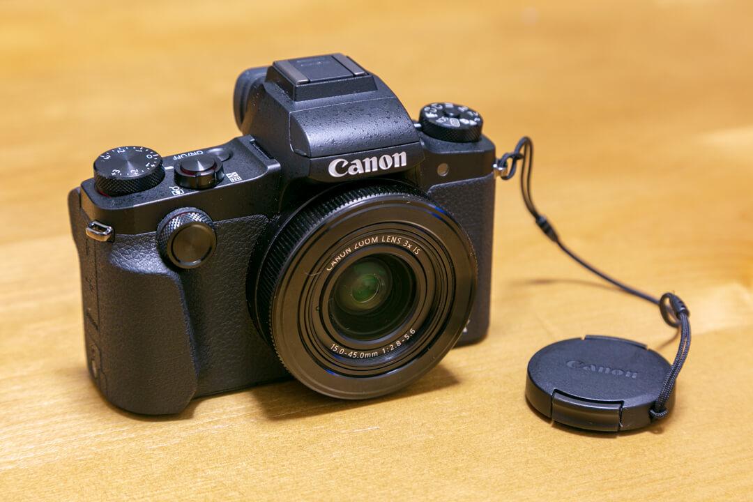 「EOS 5D Mark III」とレンズキャップを撮影した写真