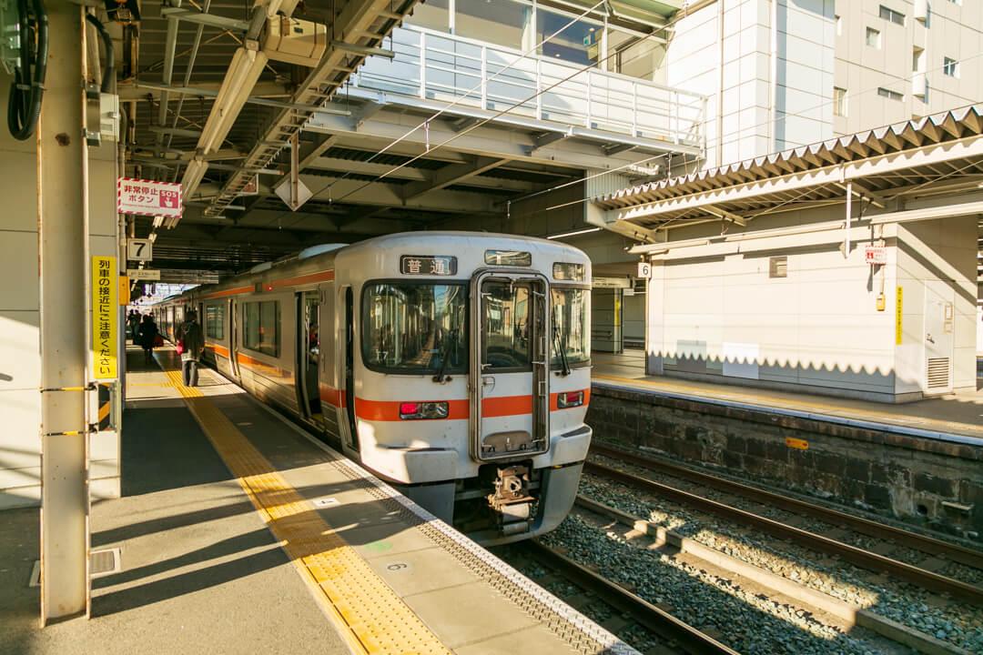 豊橋駅から弁天島駅へ向かう普通電車の写真