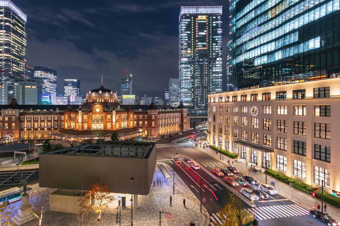 丸ビル5階テラスから撮影したライトアップされた東京駅丸の内駅舎の写真