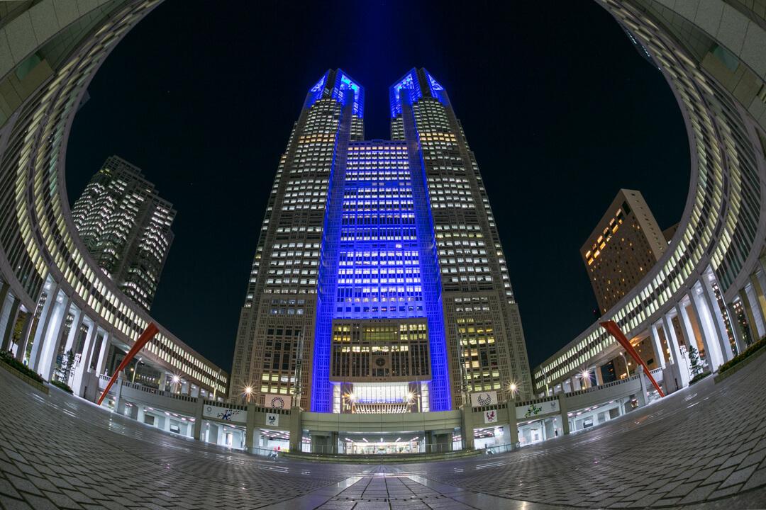 魚眼レンズで撮影したライトアップされた都庁の写真