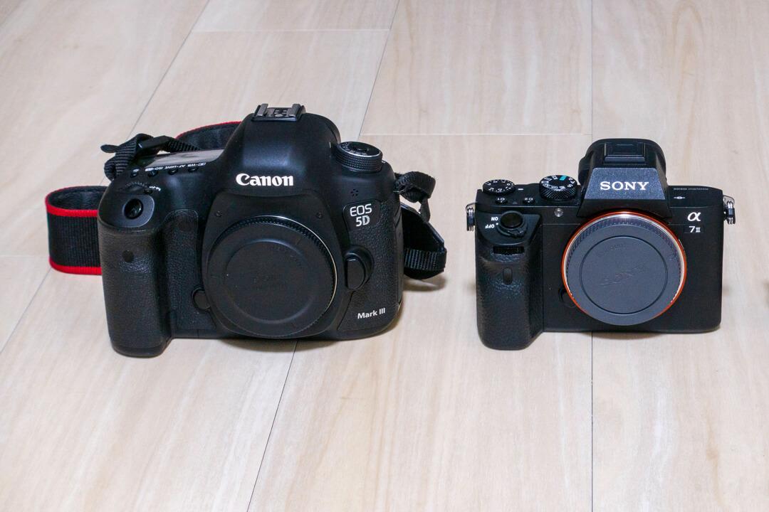 キャノンの一眼レフカメラとソニーのミラーレス一眼の大きさを比較した写真