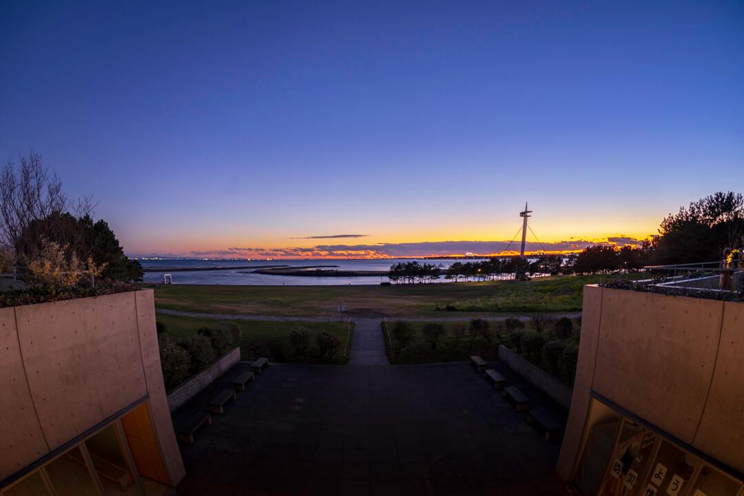 魚眼レンズで撮影した夕暮れ時の葛西臨海公園クリスタルビューの写真