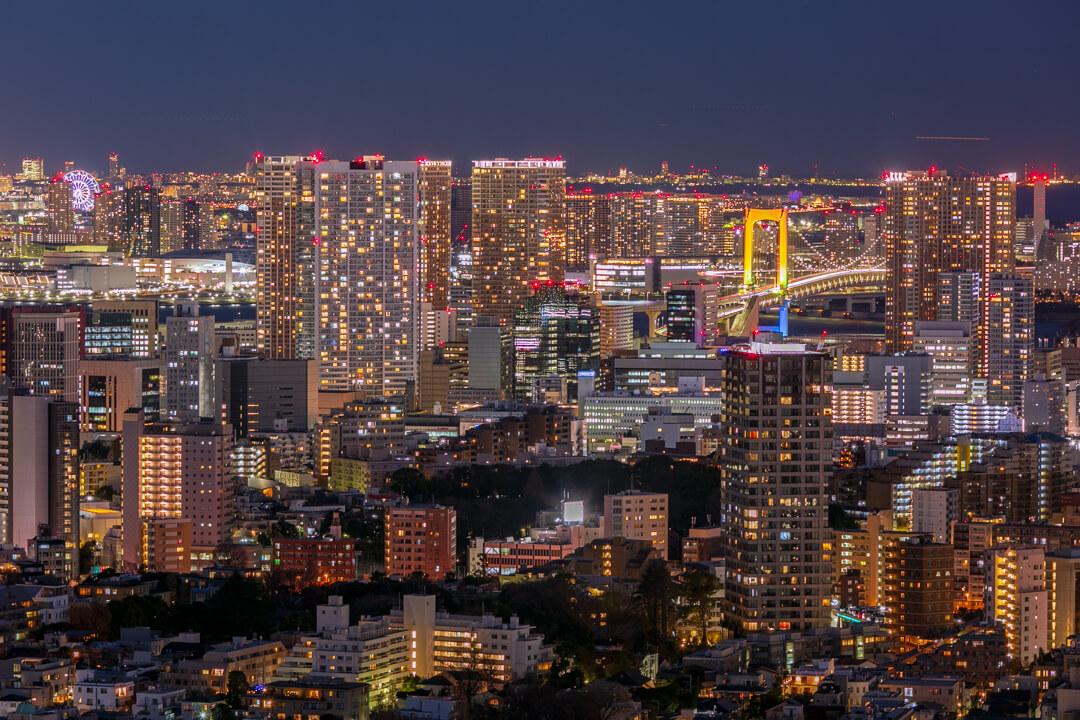 恵比寿ガーデンプレイス展望台・スカイラウンジから撮影したレインボーブリッジも見える台場方面の夜景