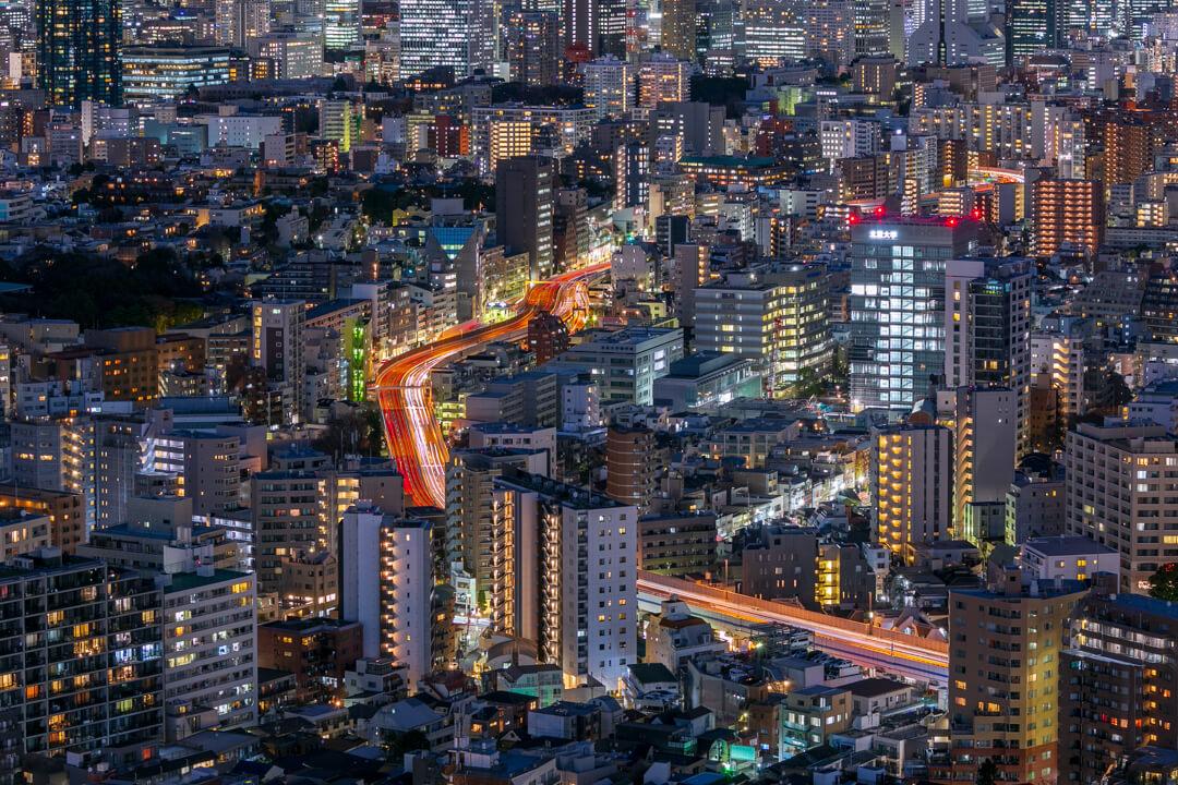 恵比寿ガーデンプレイス展望台・スカイラウンジから撮影した首都高速道路の夜景