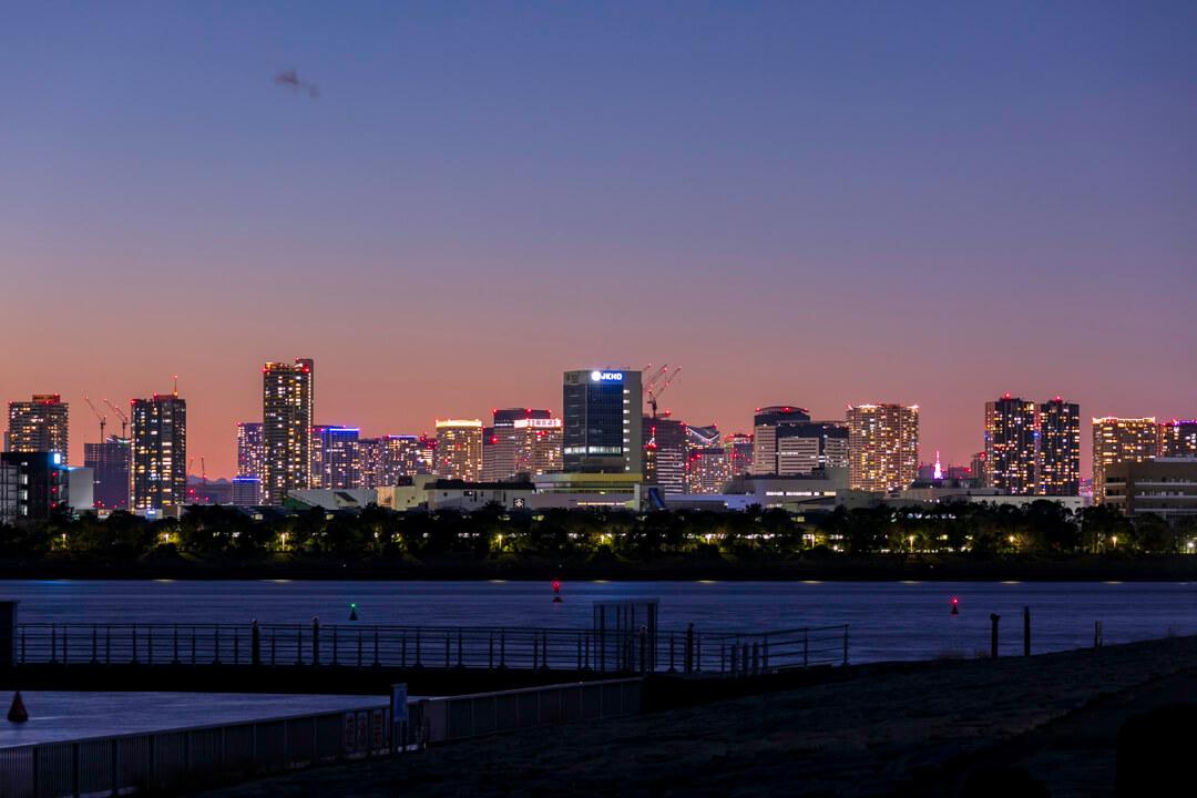 東京湾の向こう側にある高層ビル群の夜景