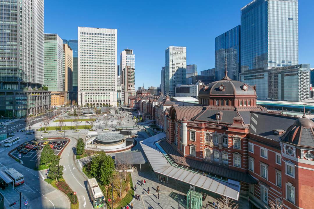 昼の東京駅の写真