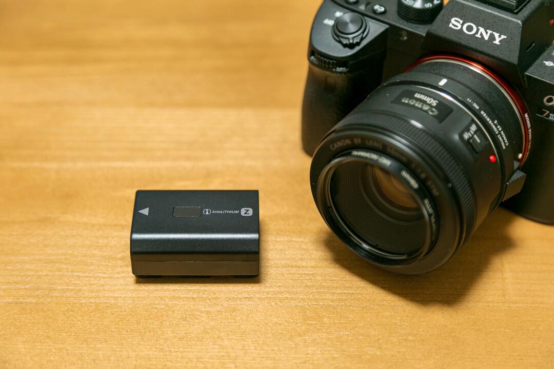 SONYのα7III(ILCE-7M3)とα7II(ILCE-7M2)のバッテリーを比較した写真
