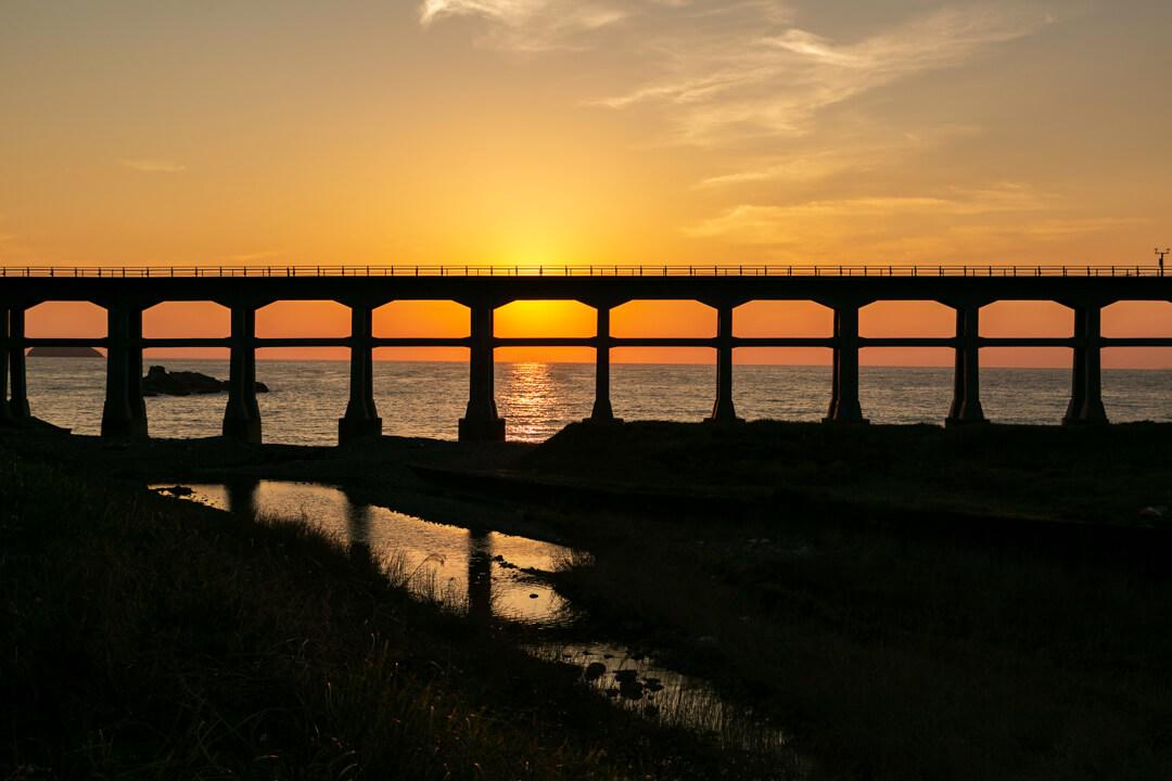 夕日と惣郷川橋梁の写真