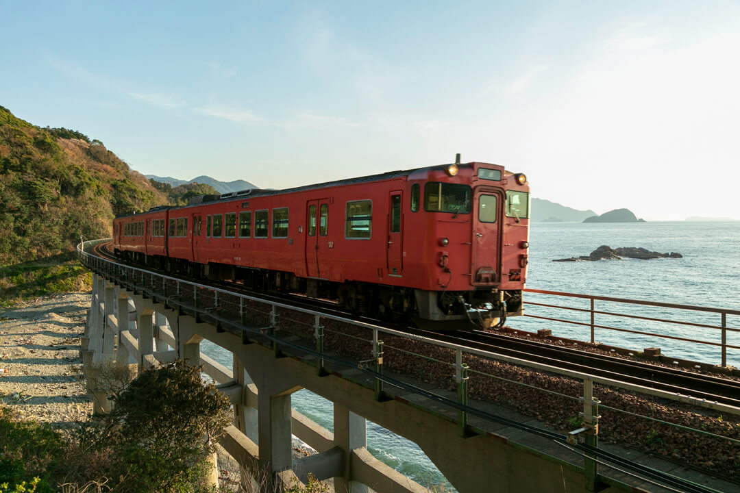 惣郷川橋梁を通過する列車の写真
