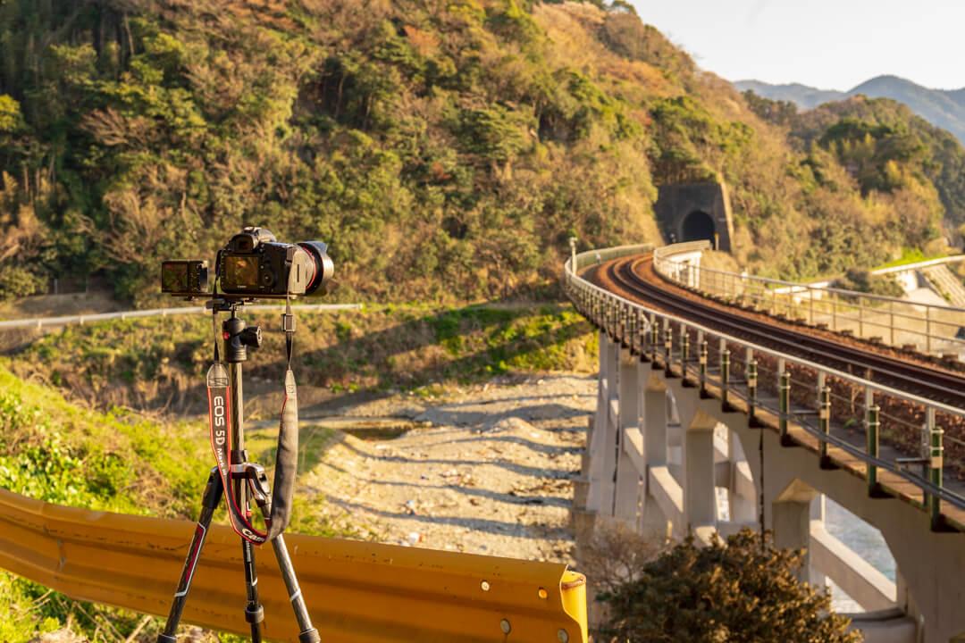 惣郷川橋梁を撮影している様子