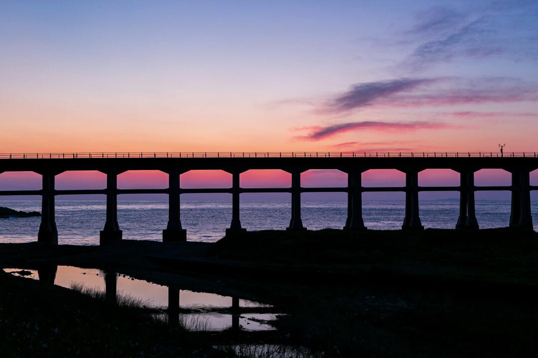 黄昏時の惣郷川橋梁のシルエット写真