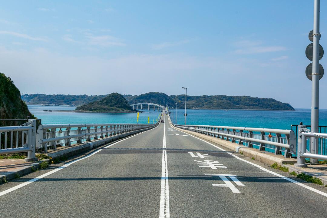 角島大橋とコバルトブルーの海の写真