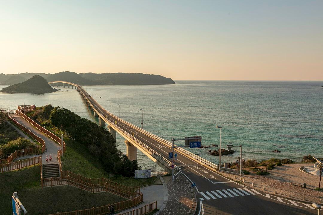夕暮れ時の角島大橋の写真