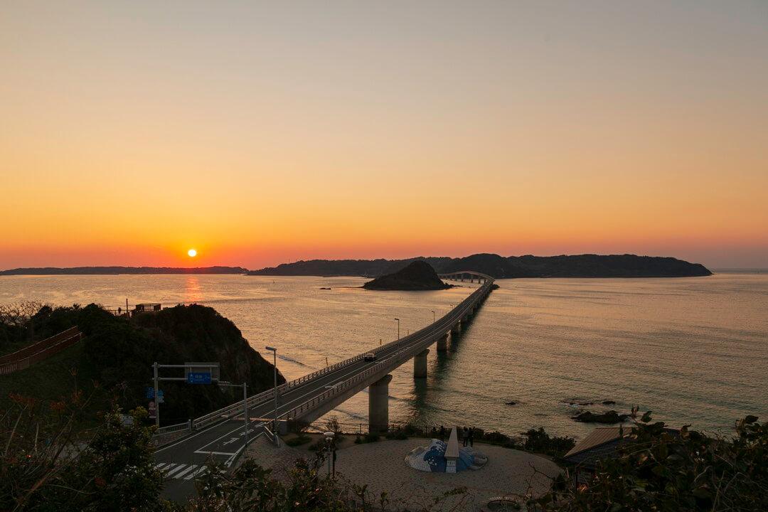 角島大橋と夕日の写真