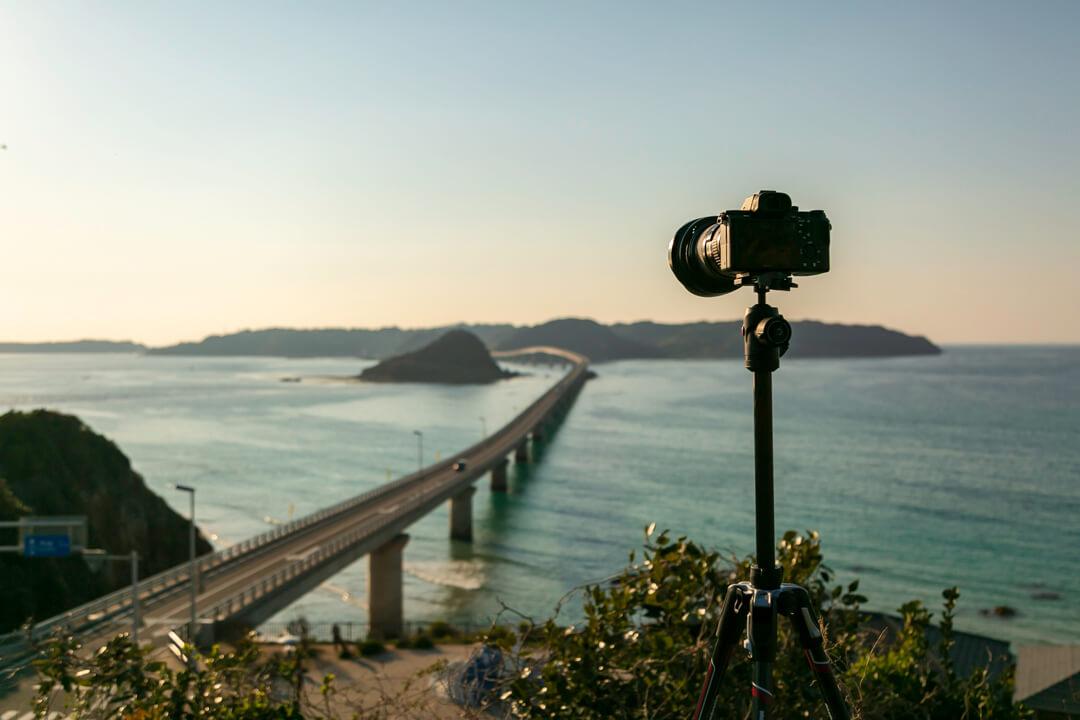夕暮れ時の角島大橋と三脚の写真