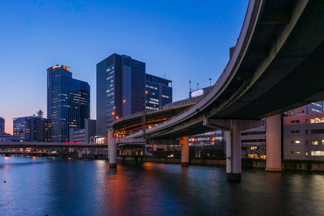 淀川橋の上から撮影したビル群の夜景