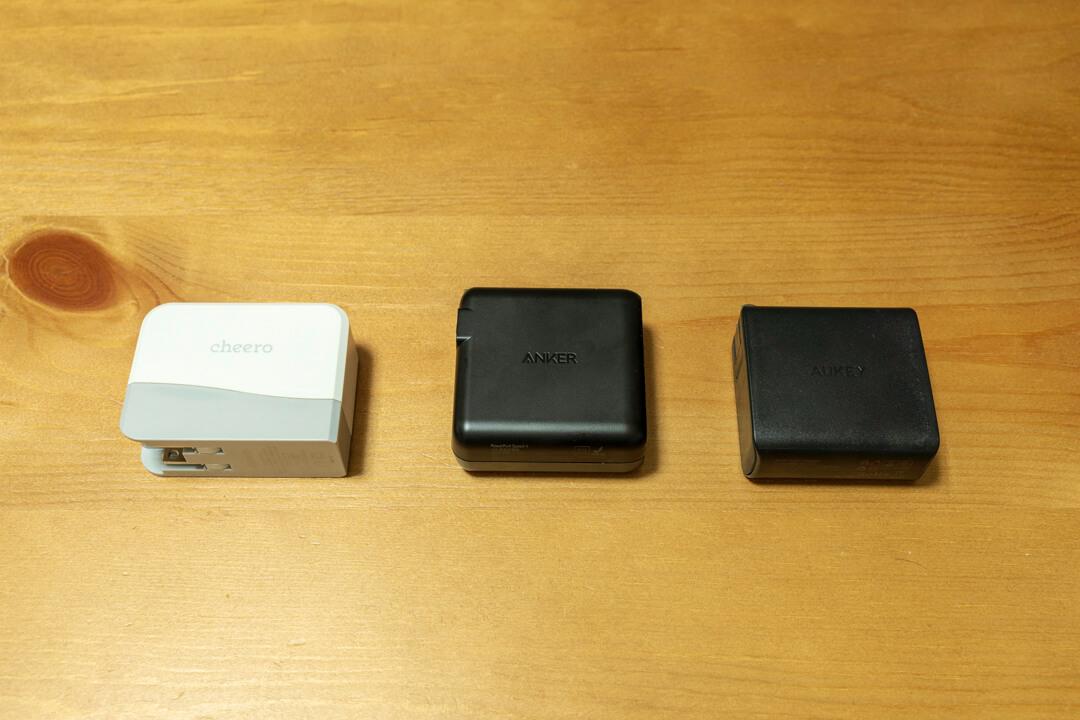 Anker PowerPort Speed 4の大きさを比較する写真