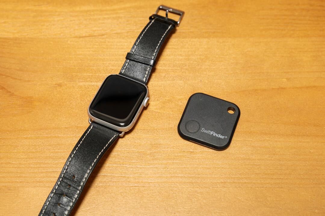 紛失防止タグGLCON本体の大きさをApple Watchと比較している写真