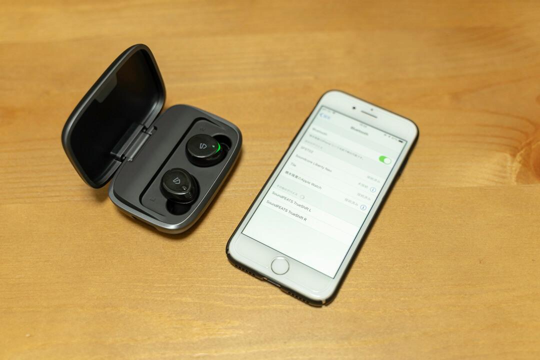 SoundPEATS TrueShiftとiPhoneの写真