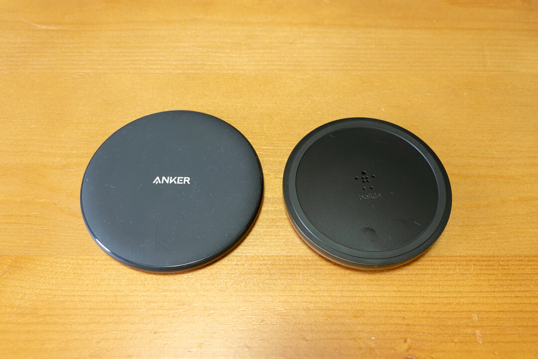 Belkin BOOST UP ワイヤレス充電パッドとAnkerのAnker PowerWave 7.5 Padを比較した写真