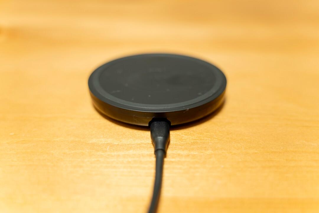 Belkin BOOST UP ワイヤレス充電パッドにUSBケーブルを接続している写真