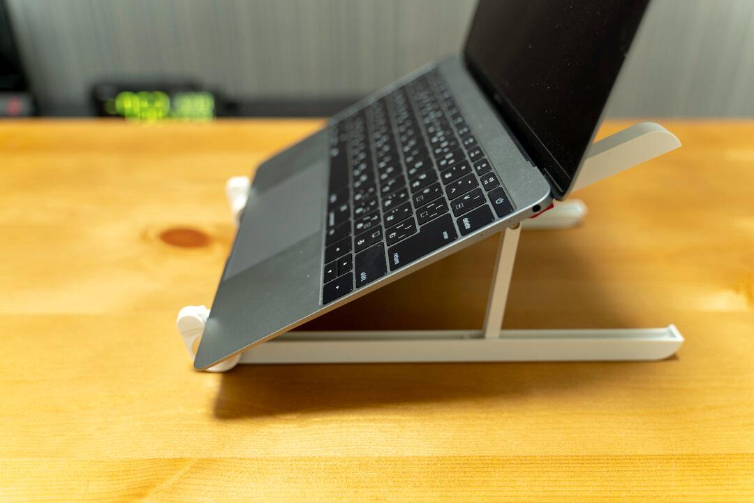 ElekinのノートパソコンスタンドにMacbookを載せている写真