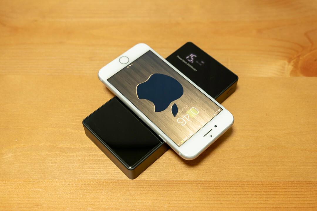Qi対応・モバイルバッテリー「LAKKO-NEW-24000」でiphoneを充電している様子