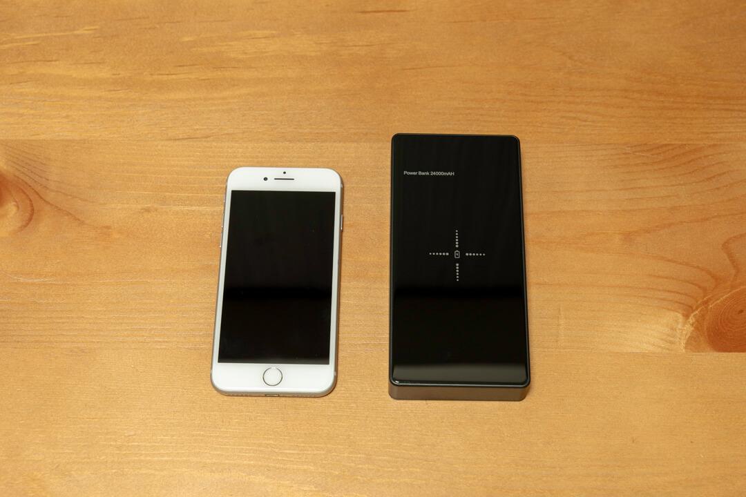 Qi対応・モバイルバッテリー「LAKKO-NEW-24000」とiphoneの大きさを比較