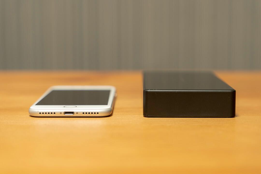 Qi対応・モバイルバッテリー「LAKKO-NEW-24000」とiphoneの厚さ比較
