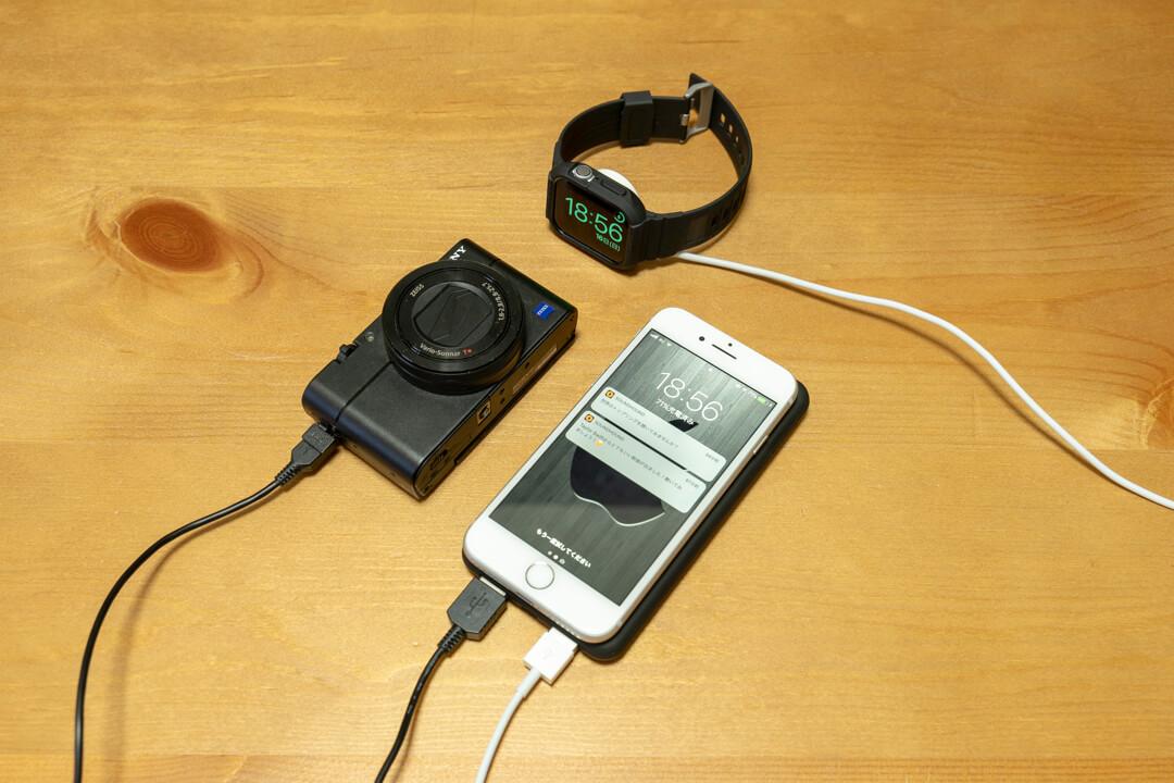 ワイヤレスモバイルバッテリー「JAP-TOVAOON-D1」でスマホを充電している様子