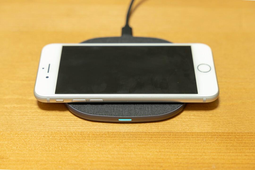 Peohzarrワイヤレス充電器でiPhoneを充電する様子