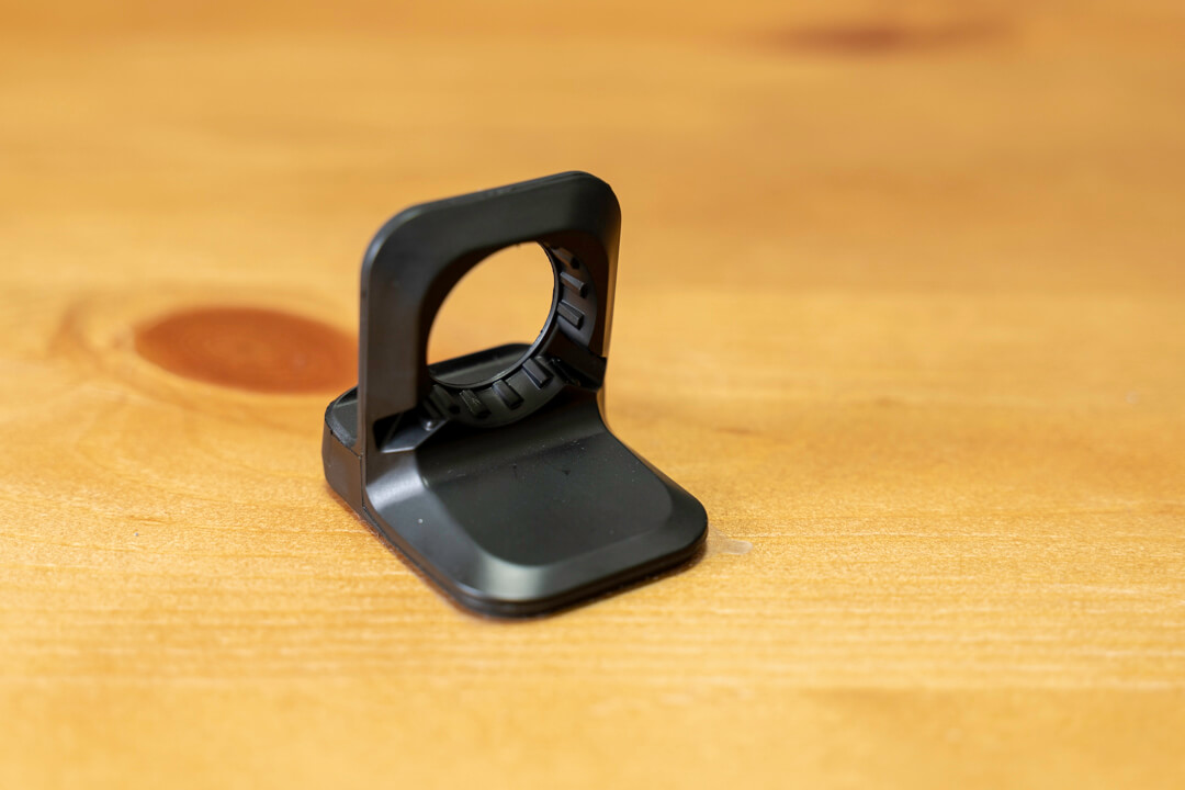 spigenのアップルウォッチ充電スタンドに磁器充電ケーブルを設置している様子