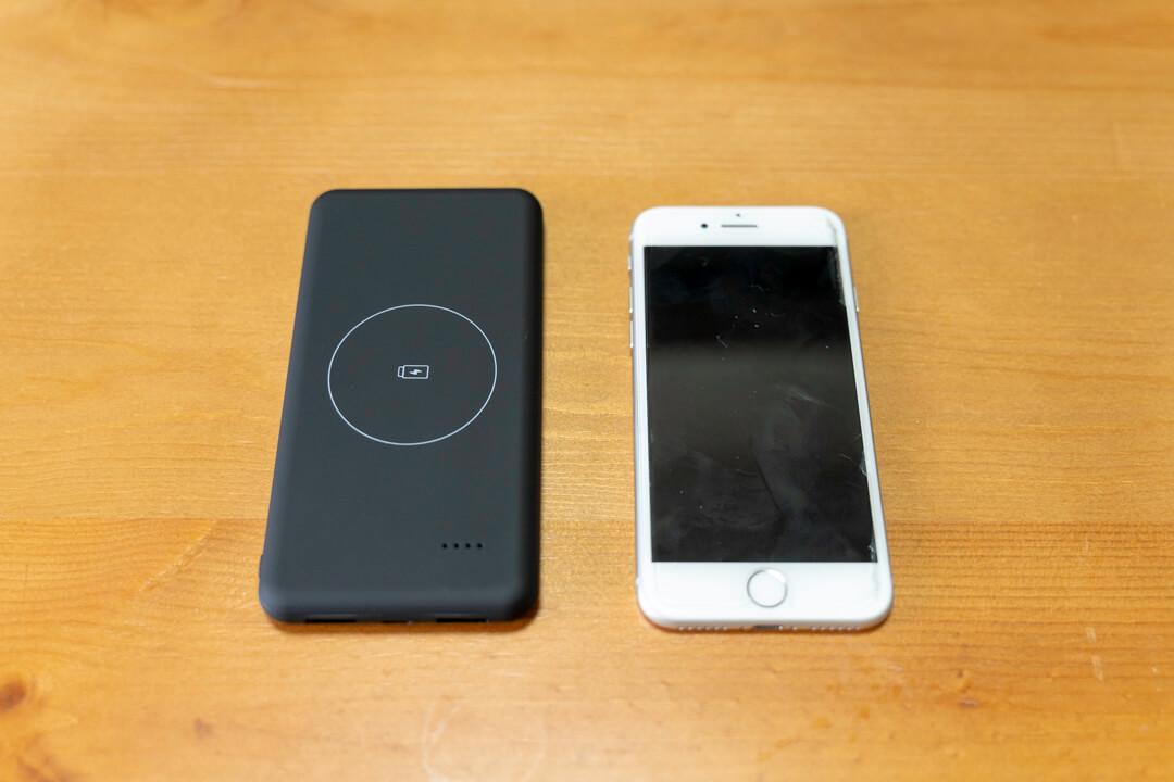 ワイヤレスモバイルバッテリー「JAP-TOVAOON-D1」の大きさを比較した写真