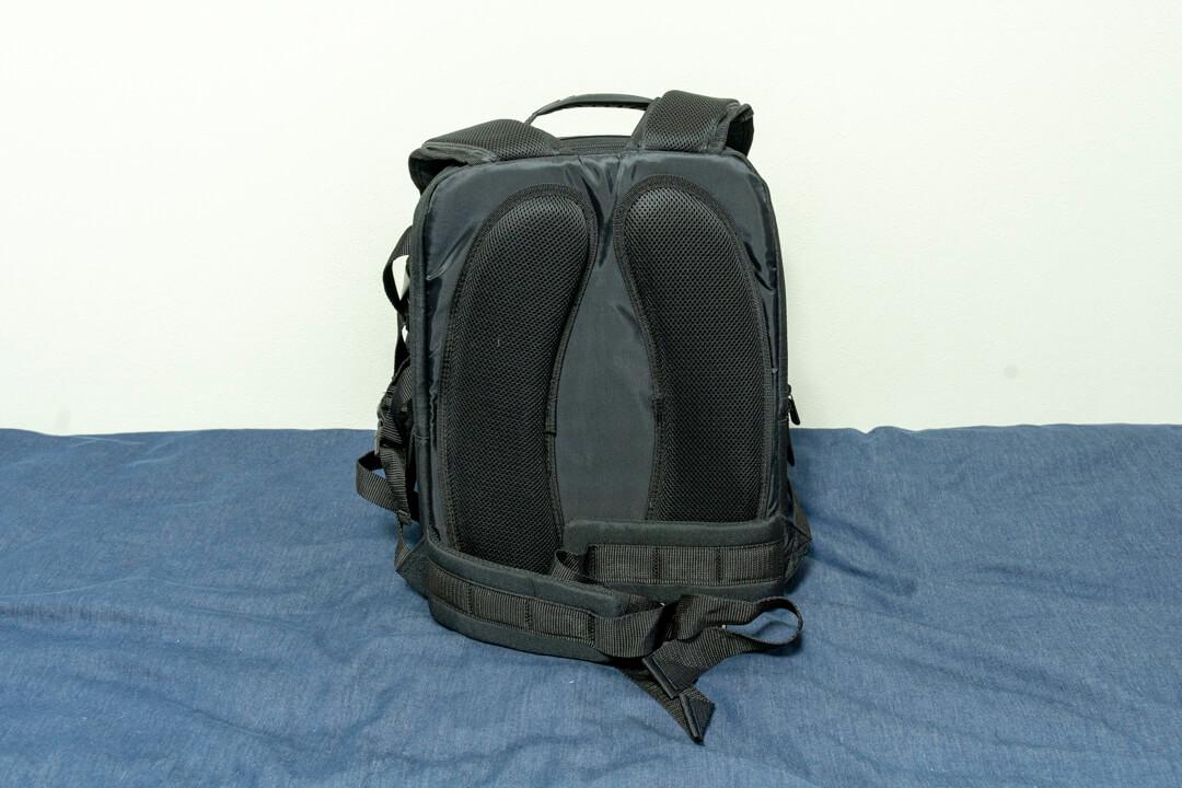 Amazonベーシックのカメラバッグ(22.8L)の背面の写真