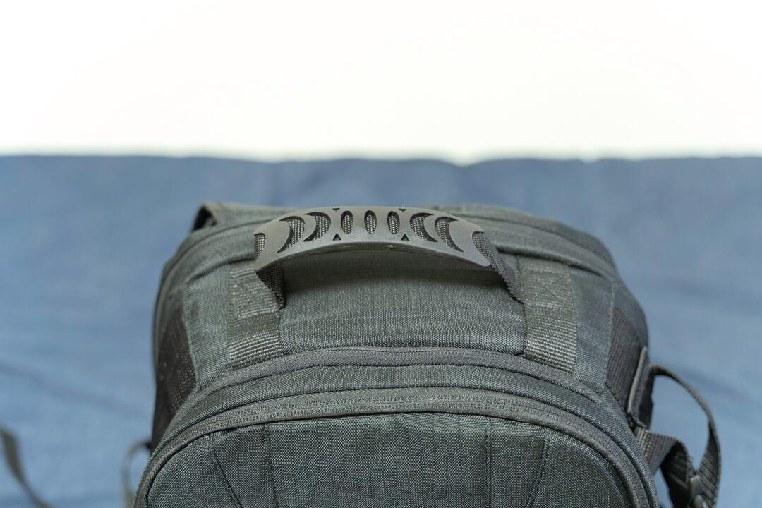 Amazonベーシックのカメラバッグ(22.8L)の持ちての写真