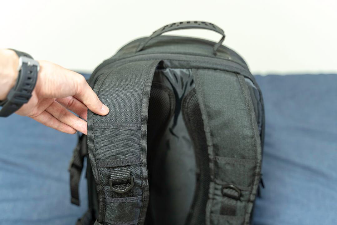 Amazonベーシックのカメラバッグ(22.8L)のハーネスの写真