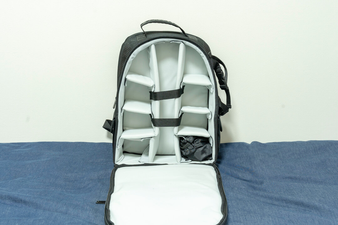 Amazonベーシックのカメラバッグ(22.8L)のメイン気室の写真