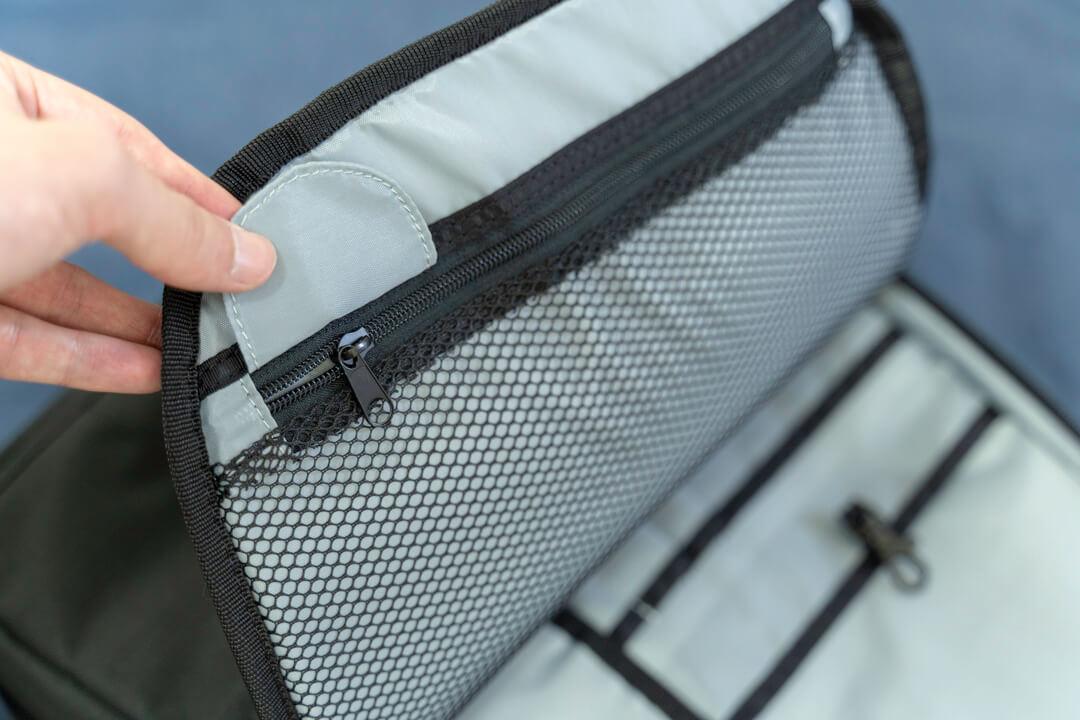 Amazonベーシックのカメラバッグ(22.8L)のフロント部分の収納ポケット