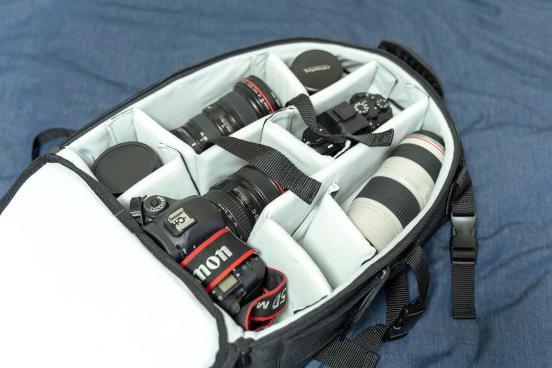 Amazonベーシックのカメラバッグ(22.8L)のメイン気室に撮影機材を収納している様子