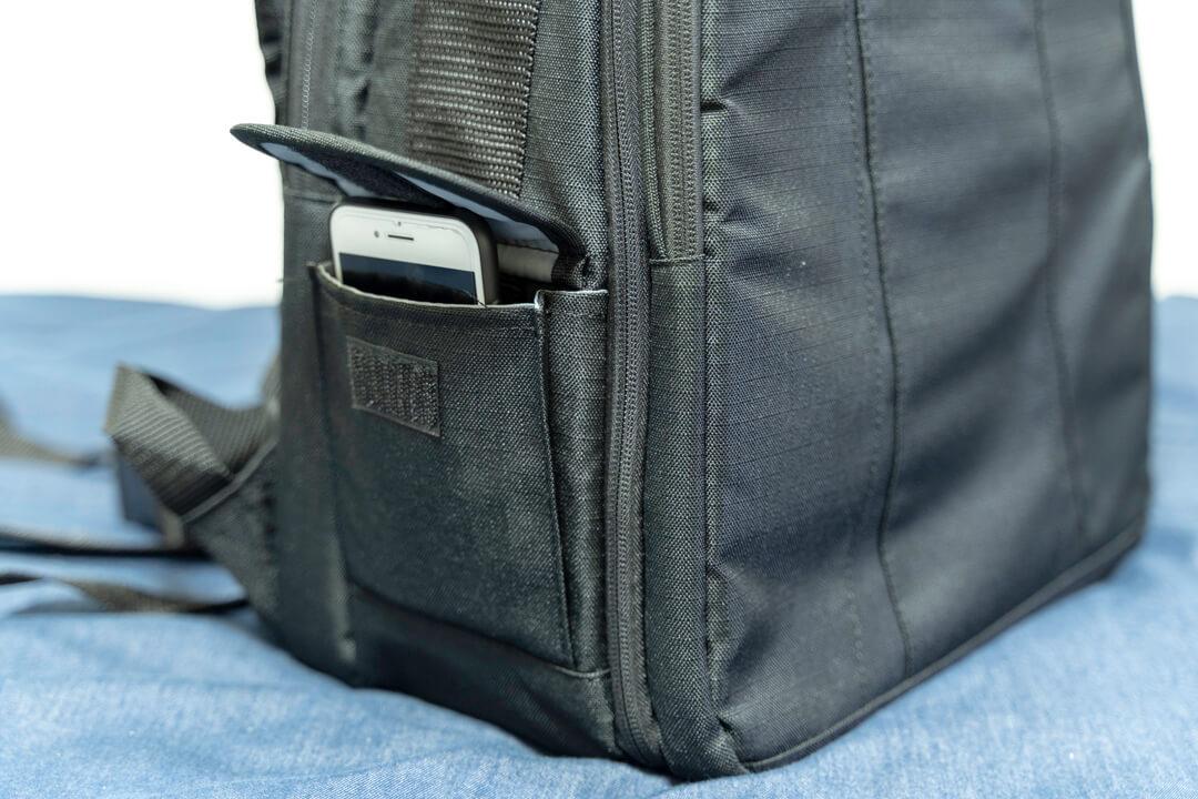 Amazonベーシックのカメラバッグ(22.8L)のサイドポケットの写真