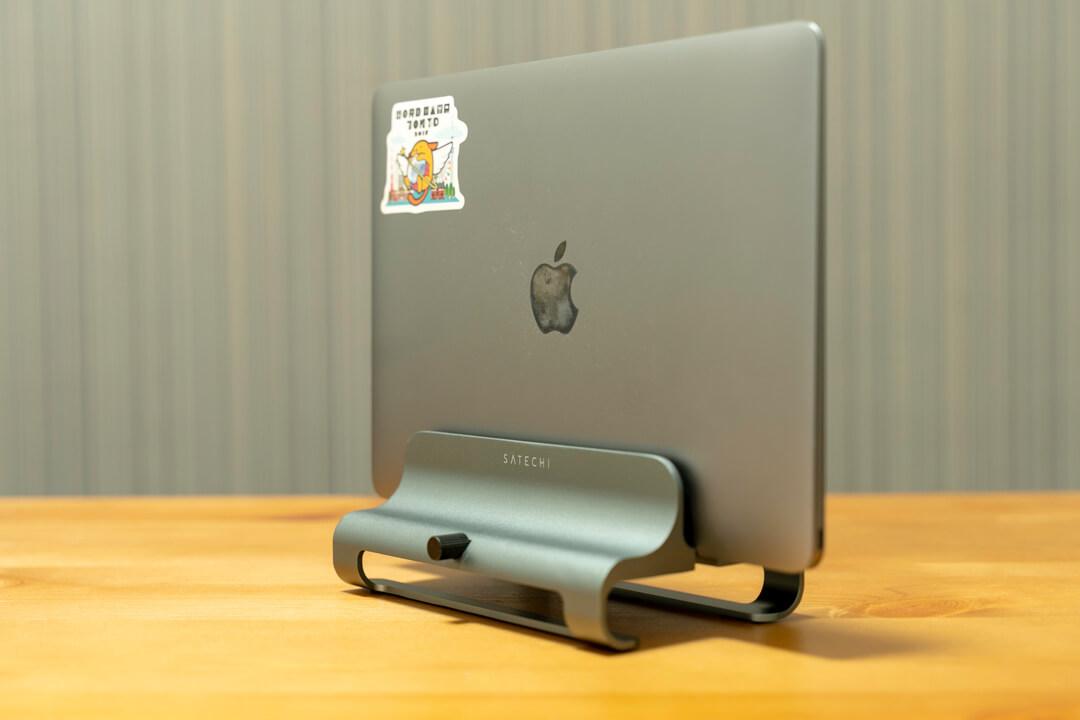 Satechiのユニバーサルバーティカルラップトップスタンドにmacbookを載せる様子