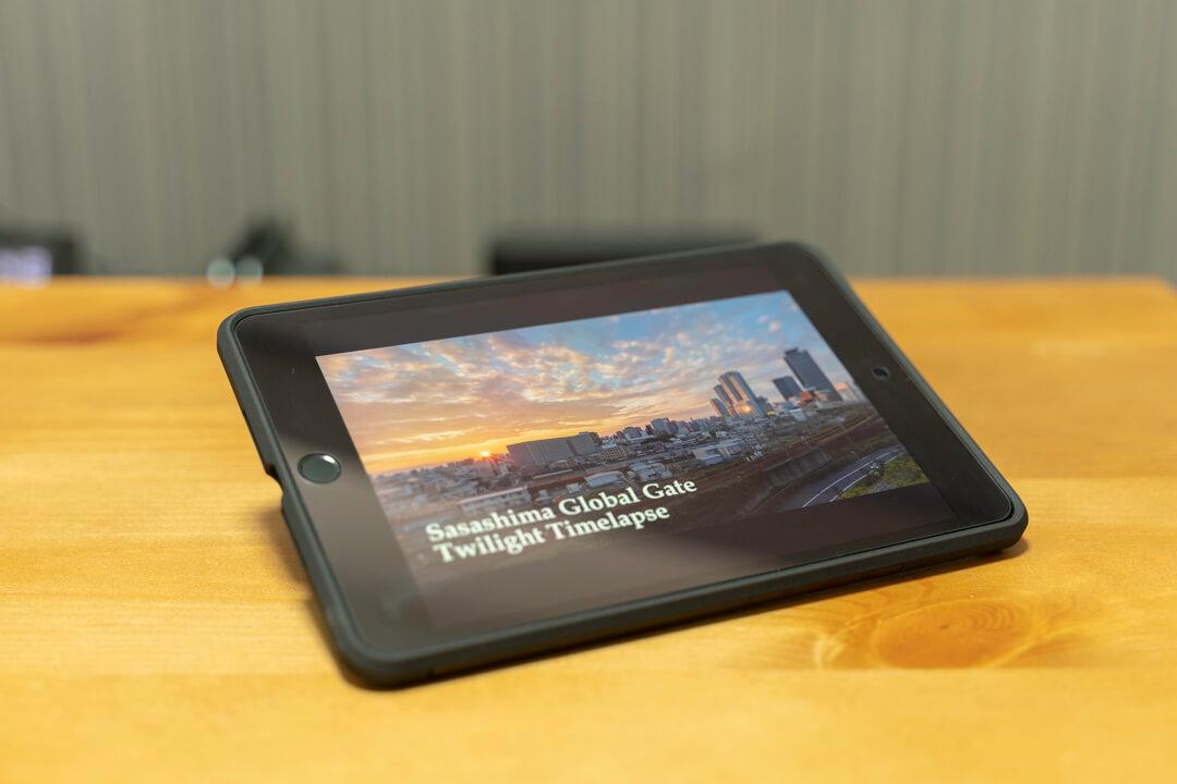 タフ・アーマーテックのキックスタンドで自立したiPad miniの写真