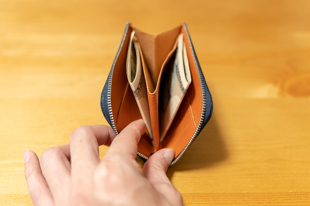 monogoods(モノグッズ)のポケット財布にお札を収納する