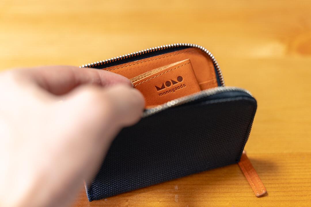 monogoods(モノグッズ) ポケット財布の内面に刻印されたロゴ