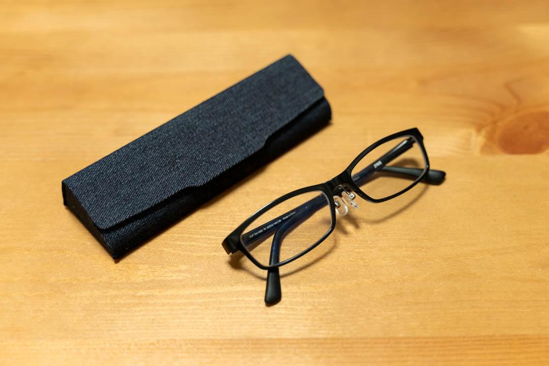 メイガンのメガネケースとメガネを並べた写真