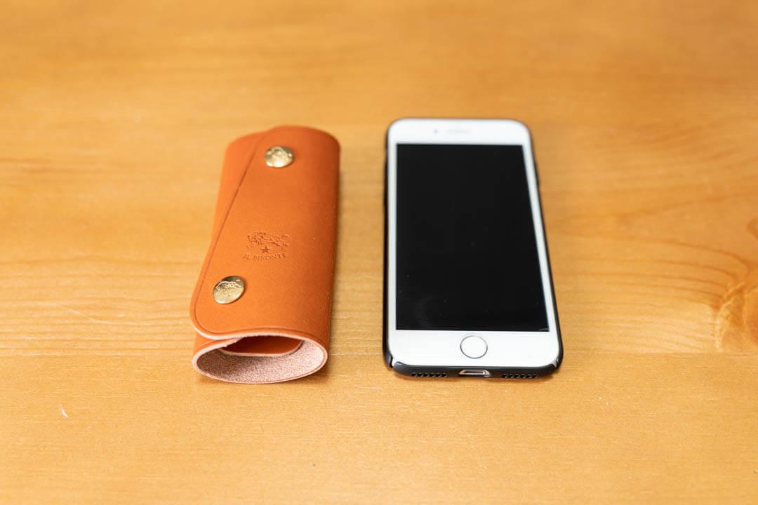イルビゾンテ キーケースの大きさをiPhoneと比較
