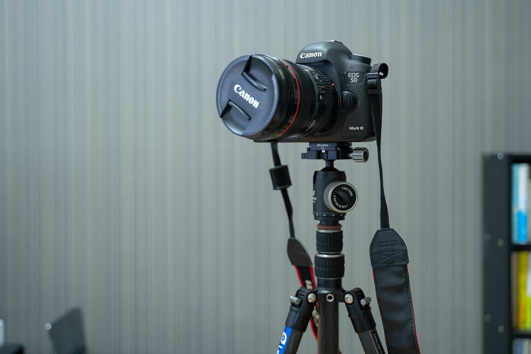 Leofotoのトラベル三脚「LX-225CTにフルサイズ一眼カメラを載せている写真